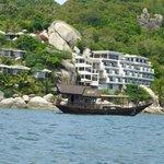 vue de la mer et le bateau de l'hôtel