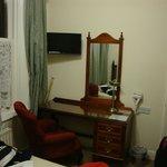 Zona de escritorio con TV plana