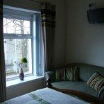 Sofa y televisión en la habitación