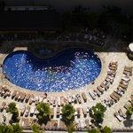 部屋から見えるホテルのプールです。