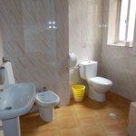 Cuarto de baño con ducha, bañadera grande, radiador, bidet...