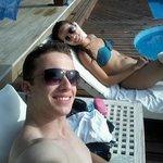 Eu e minha noiva descansando em frente a piscina.