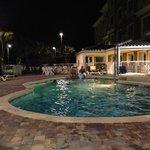 Pool am Abend (es gibt sogar eine Barbecue-Area im hinteren Bereich)