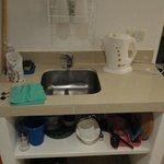 Bacha para lavar, pava eléctrica Dinasty y utensilios para dos