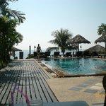 basen, a w dali zejscie na prywatna plaze
