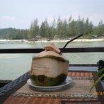 Swiezy zimny sok kokosowy. pycha :)