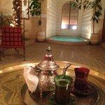 moment de détente autour d'un thé à la menthe après une virée au souk