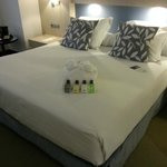 Mi enorme cama,con un albornoz para la ducha,y productos para el baño-ducha