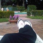 l'area relax intorno alla piscina esterna