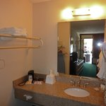 Vista da parte do banheiro conjugada com quarto