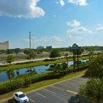 Vista da rodovia que vai a Disney, margeia o Rio, do fundo do corredor do fdo do Hotel