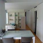 Esstisch, Einzelbett und Raumteiler (Doppelbett dahinter)