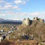 Le chateau d'Harlech avec le Snowdonia parc au fonds
