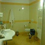 L'ampio bagno con doccia e asciugacapelli