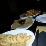 Onion's ring e patatine fritte fresche