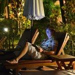 вечером у бассейна можно посидеть в интернете