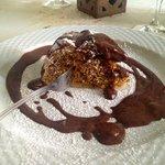 torta di amaretti con colata di cioccolato caldo