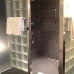 Dusche mit dunklen Fliesen und Glasbausteinen - sehr sauber.