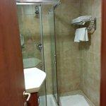 salle de bain propre et avec eau chaude et froide fonctionnant très bien