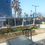 Terasse extérieur de l'hotel pour déjeuner face à la mer