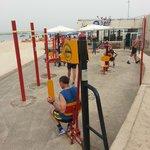 Fitness sur la gauche de l h'ôtel , place de jeux sur la droite pour les enfants
