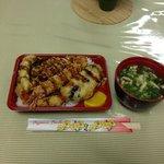 2013.04.08朝食の天丼弁当 他にパン、果物、飲み物