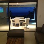 terrasse avec deck et transats. face à la mer