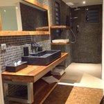 grande salle de bain avec dressing et toilettes suspendues sur la droite