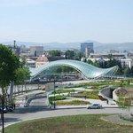 uitzicht vanaf het dakterras op de nieuwe brug en oud Tbilisi