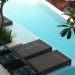 Vue sur la piscine de la chambre
