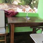 lo mas lindo es el espacio del frente con hamaca paraguaya y la mesa para comer al aire libre
