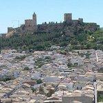 Fortaleza de la Mota, destacando sobre Alcalá la Real.