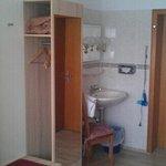 Kleiderschrank, Waschbecken, Eingangtür