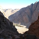 Вид на Монастырь Св.Екатерины с короткой тропы от горы Моисея