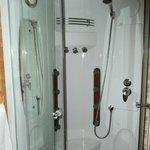 La salle d'eau et sa douche avec jets massants