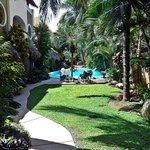 Area recreativa jardin y alberca.