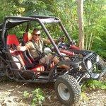 Le guide dans un de nos buggy