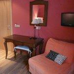 Mesa, TV, sillón-cama supletoria