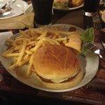 il classico hamburger con bacon e patatine fritte