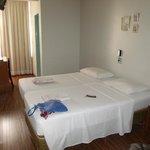 Desde la entrada a la habitación ( la puerta verde es el baño) y la cortina tapa la ventana.