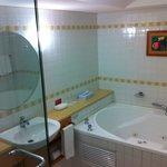 Corner Jacuzzi Room, Large Bathroom