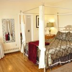 Deluxe room with Queen bed, fireplace and balcony