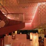 escalier qui mène au restaurant italien - autre restaurant au fond