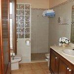 das Bad mit extra großer Dusche