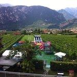 utsikten fra terassen. lekeparken og fjellet.