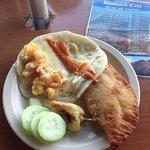 taco de camarón y empanada de marlin