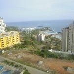 Hermosa vista de la costa afeada por los escombros y basurales