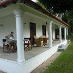 Een hoeksuite met privé ontbijtterras en frontaal zicht op Lake Vembanad