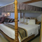 Comfortable four poster bed room 234