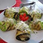 Rolinhos de abobrinhas e berinjela recheado com ricota de castanha e ervas.